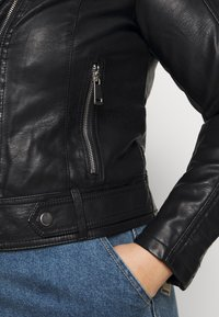 Vero Moda Curve - VMKERRIULTRA COATED JACKET  - Giacca in similpelle - black - 5