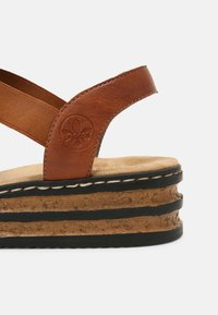 Rieker - Sandály na platformě - braun - 5