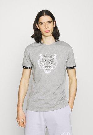 HIDDEN LOGOBAND FURY TEE - Print T-shirt - grey