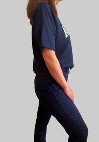 Mottele - CONJUNTO AMOUR - Pantalones deportivos - azul marino - 4