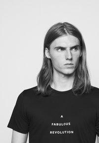 Progetto Quid - UNISEX MENTA - T-shirt med print - black - 4