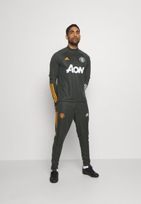 adidas Performance - MANCHESTER UNITED AEROREADY FOOTBALL PANTS - Squadra - olive - 1