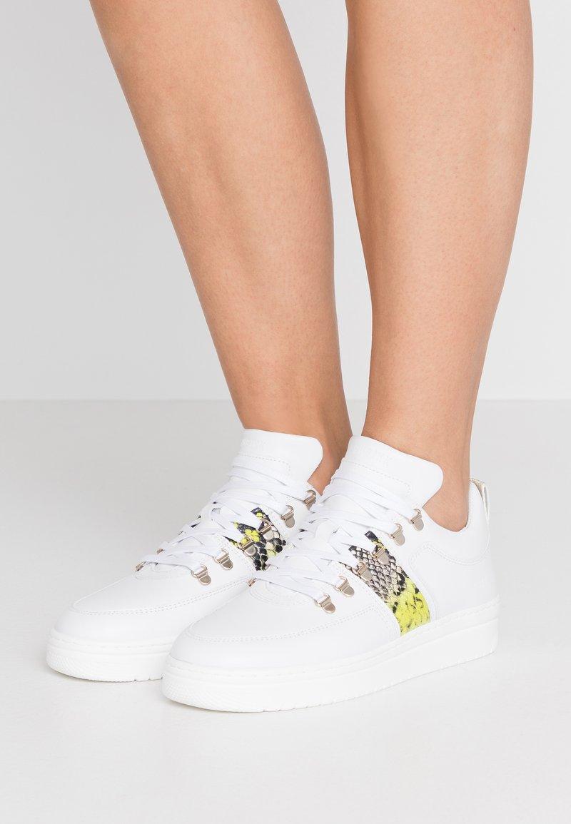 Nubikk - YEYE MAZE BLOCK PYTHON - Sneakers basse - white