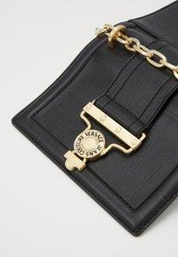 Versace Jeans Couture - CROSS BODY FLAP CHAINSALOPETTE - Torba na ramię - nero - 4