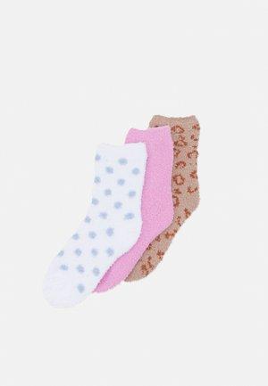 PCAFILI FLUFFY SOCKS 3 PACK - Socks - bright white