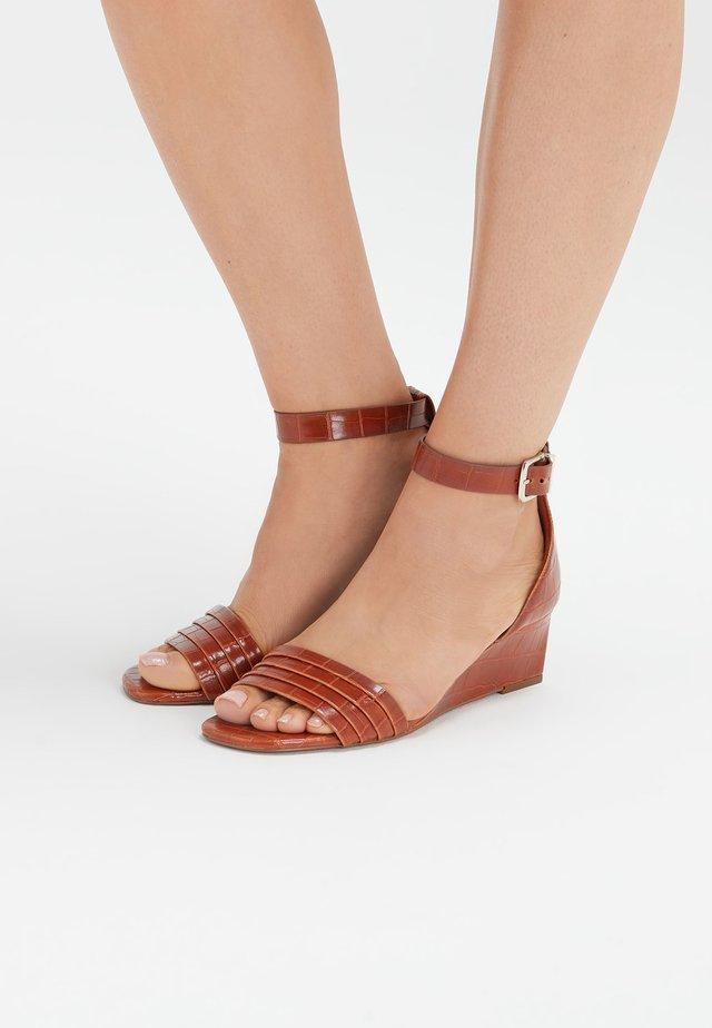 Sandalias de cuña - brown