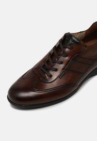 Lloyd - VERNON - Sznurowane obuwie sportowe - cognac - 6