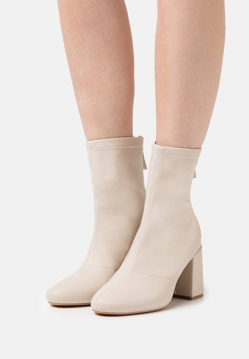 Missguided - BLOCK HEEL SOCK BOOTS - Botines - cream