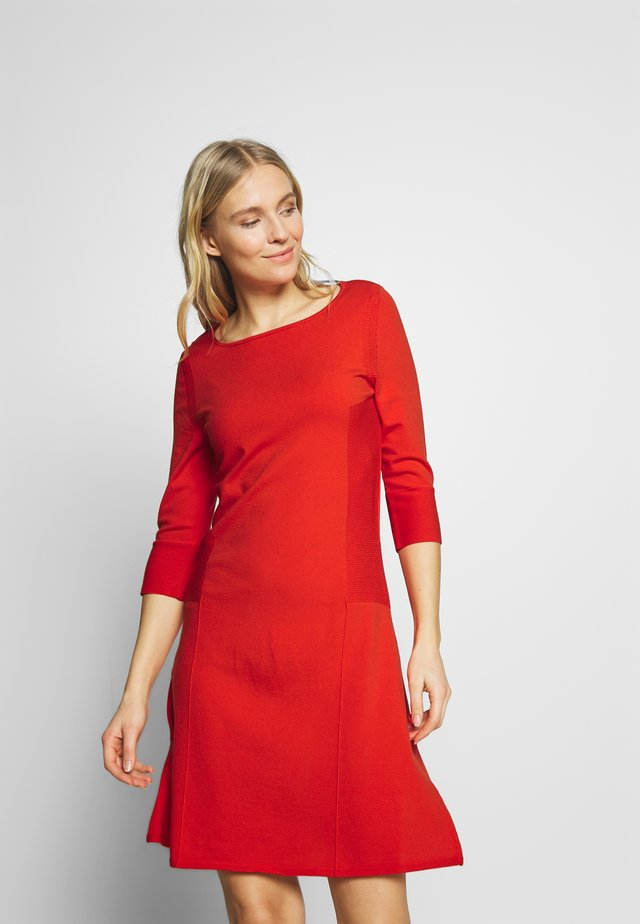 TAILORED DRESS CREWNECK HALF MILANO - Gebreide jurk - flashy coral