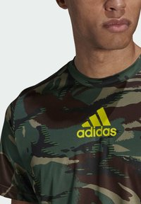 adidas Performance - CAMOUFLAGE GT1 DESIGNED2MOVE PRIMEGREEN WORKOUT GRAPHIC T-SHIRT - T-shirt med print - green - 4