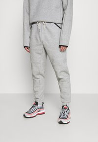 Nike Sportswear - TECH PANT - Verryttelyhousut - grey - 0