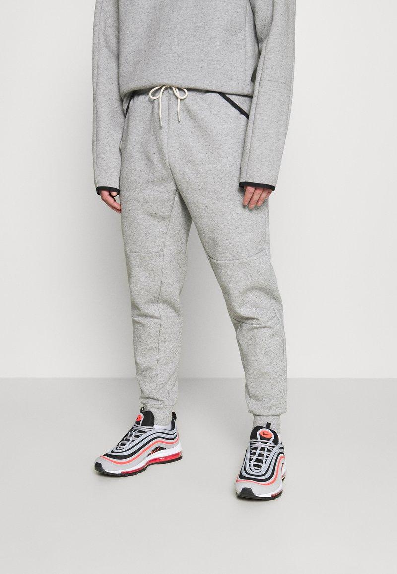 Nike Sportswear - TECH PANT - Verryttelyhousut - grey