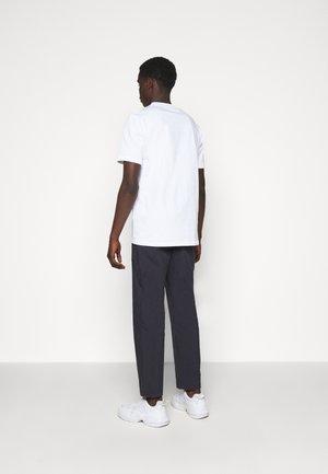 CLOSER TEE - Print T-shirt - white