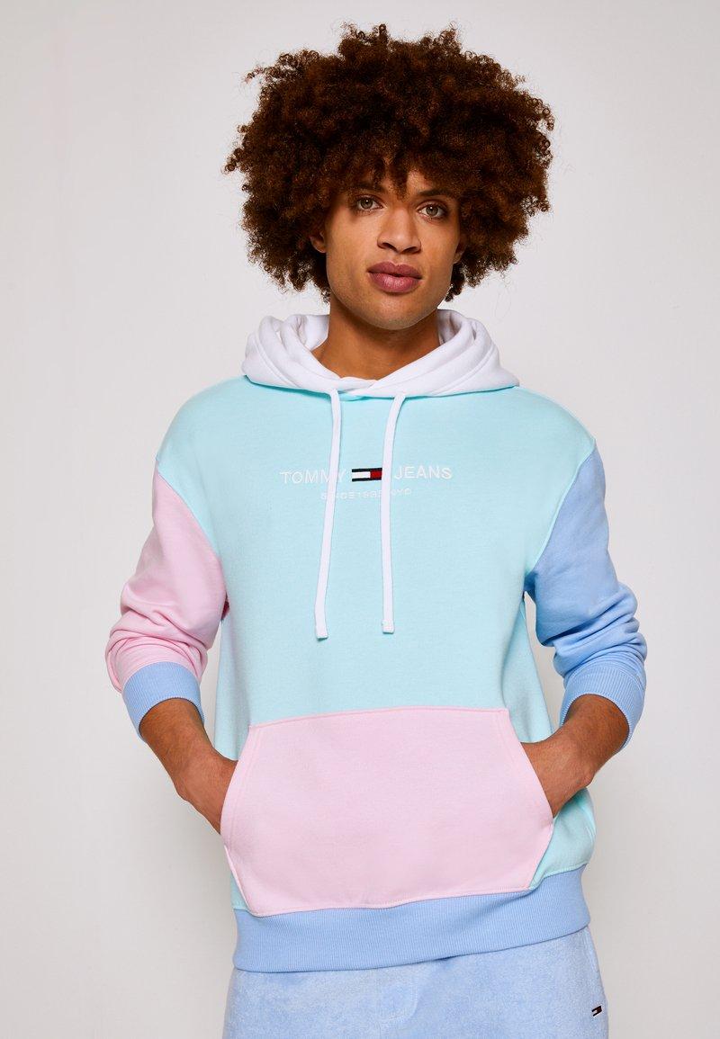 Tommy Jeans - COLOR BLOCK HOODIE - Sweatshirt - light powdery blue