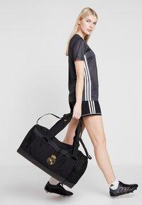 adidas Performance - REAL MADRID - Bolsa de deporte - black/dark gold - 6