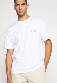 Topman - UNISEX SQUARE TEE - Print T-shirt - white - 0