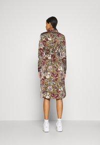 Vero Moda - VMEMELY BELT DRESS - Denní šaty - green moss/emely - 2