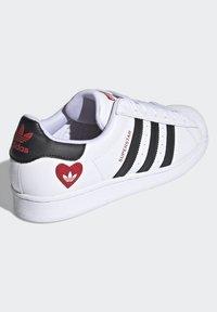 adidas Originals - SUPERSTAR - Tenisky - ftwr white/core black/scarlet - 3