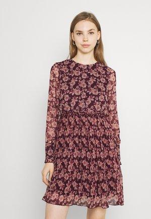 VMWONDA PLISSE DRESS - Denní šaty - winetasting