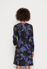 Thought - DEVERELL TIE FRONT DRESS - Denní šaty - black - 2