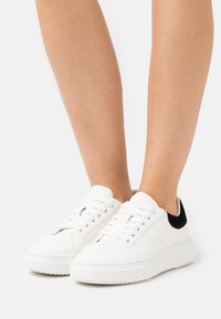 Miss Selfridge - TEIGAN CHUNKY LACE UP TRAINER - Trainers - white - 0