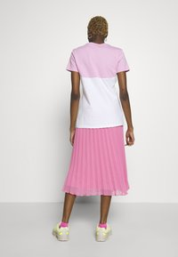 Nike Sportswear - Camiseta estampada - pink rise/white - 2