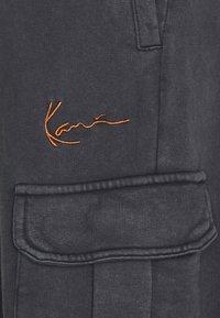 Karl Kani - SMALL SIGNATURE WASHED UNISEX - Pantaloni cargo - black - 3