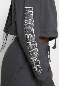 SIKSILK - SPACE JAM CROPPED HOODIE - Sweatshirt - dark grey - 7