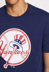 Fanatics - MLB NEW YORK YANKEES ICONIC PRIMARY LOGO GRAPHIC  - T-shirt z nadrukiem - navy - 5