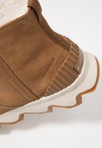 Sorel - KINETIC SHORT - Winter boots - camel brown/natural - 2