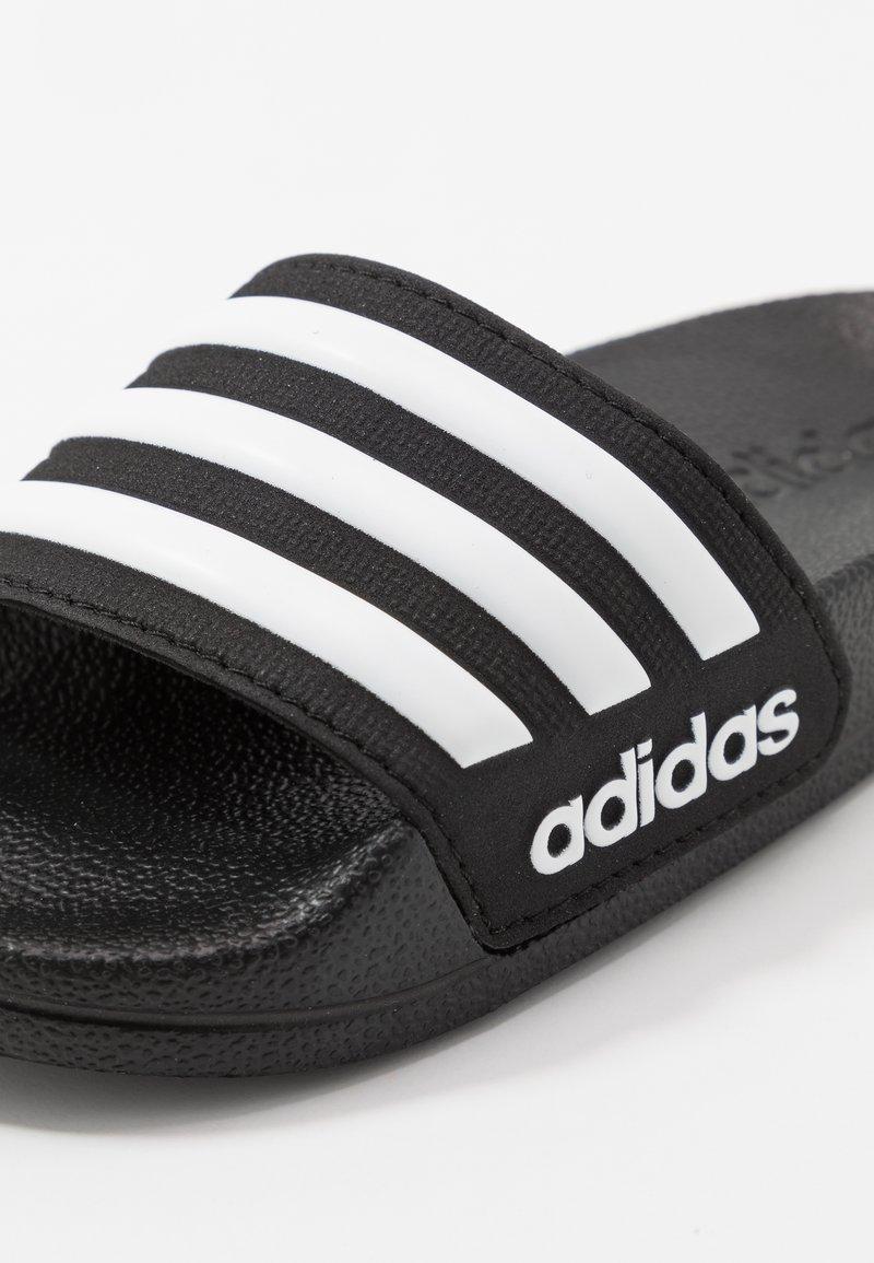 Alergia Bolsa entregar  adidas Performance ADILETTE SHOWER UNISEX - Chanclas de baño - core black/footwear  white/negro - Zalando.es