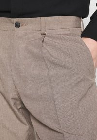 Isaac Dewhirst - MINI PUPPYTOOTH TROUSERS WITH TURN UP - Spodnie materiałowe - brown - 5