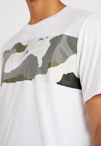 Nike Performance - DRY TEE CAMO BLOCK - Printtipaita - white - 4