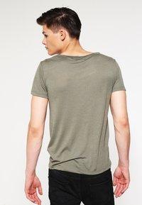 Topman - VNICE SLIM FIT - Basic T-shirt - khaki/olive - 2