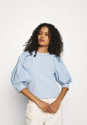 DAISY - T-shirts med print - light blue
