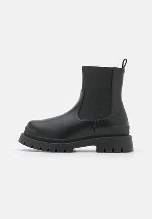 WIDE FIT LYRA - Kotníkové boty na platformě - black