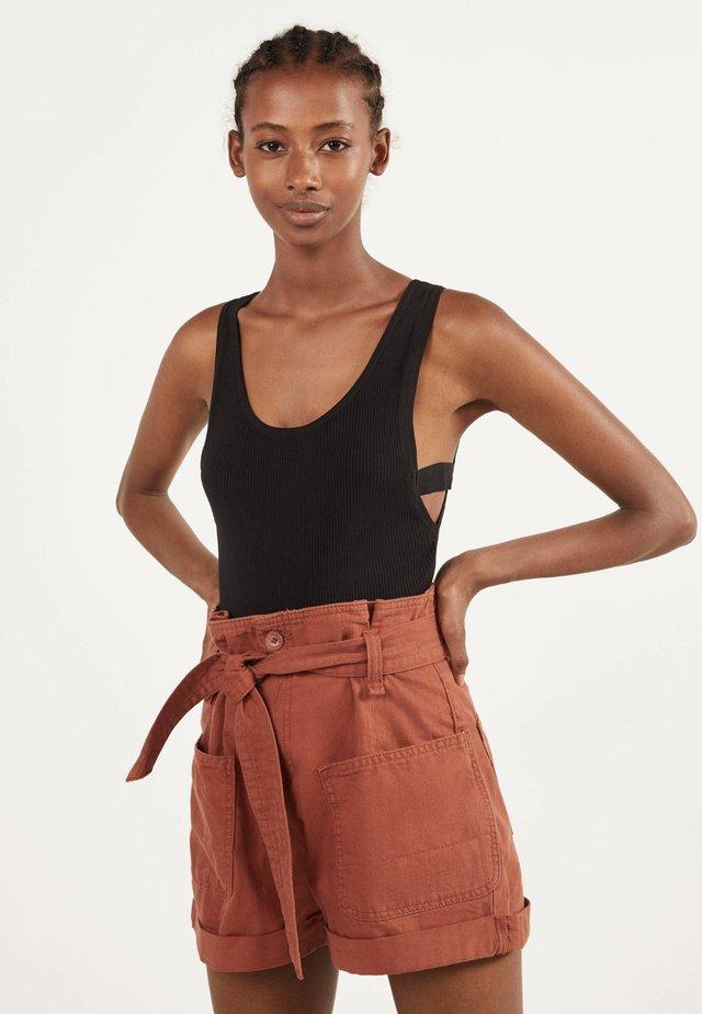 MIT GÜRTEL - Short en jean - brown