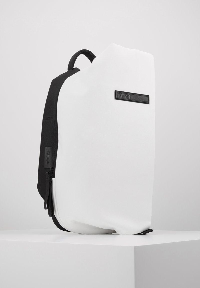 N°21 - Batoh - white