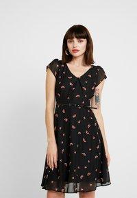 Dorothy Perkins - BILLIE BLOSSOM SHORT SLEEVED WATERMELON DRESS - Robe d'été - black - 0