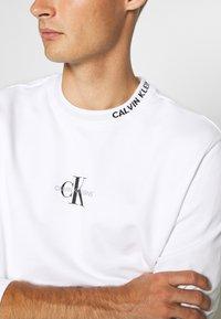 Calvin Klein Jeans - CENTER MONOGRAM CREW NECK - Felpa - bright white - 6