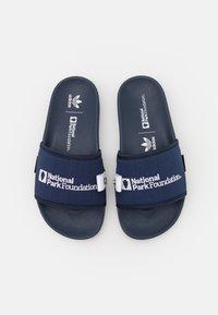 adidas Originals - ADILETTE - Matalakantaiset pistokkaat - collegiate navy/footwear white - 3
