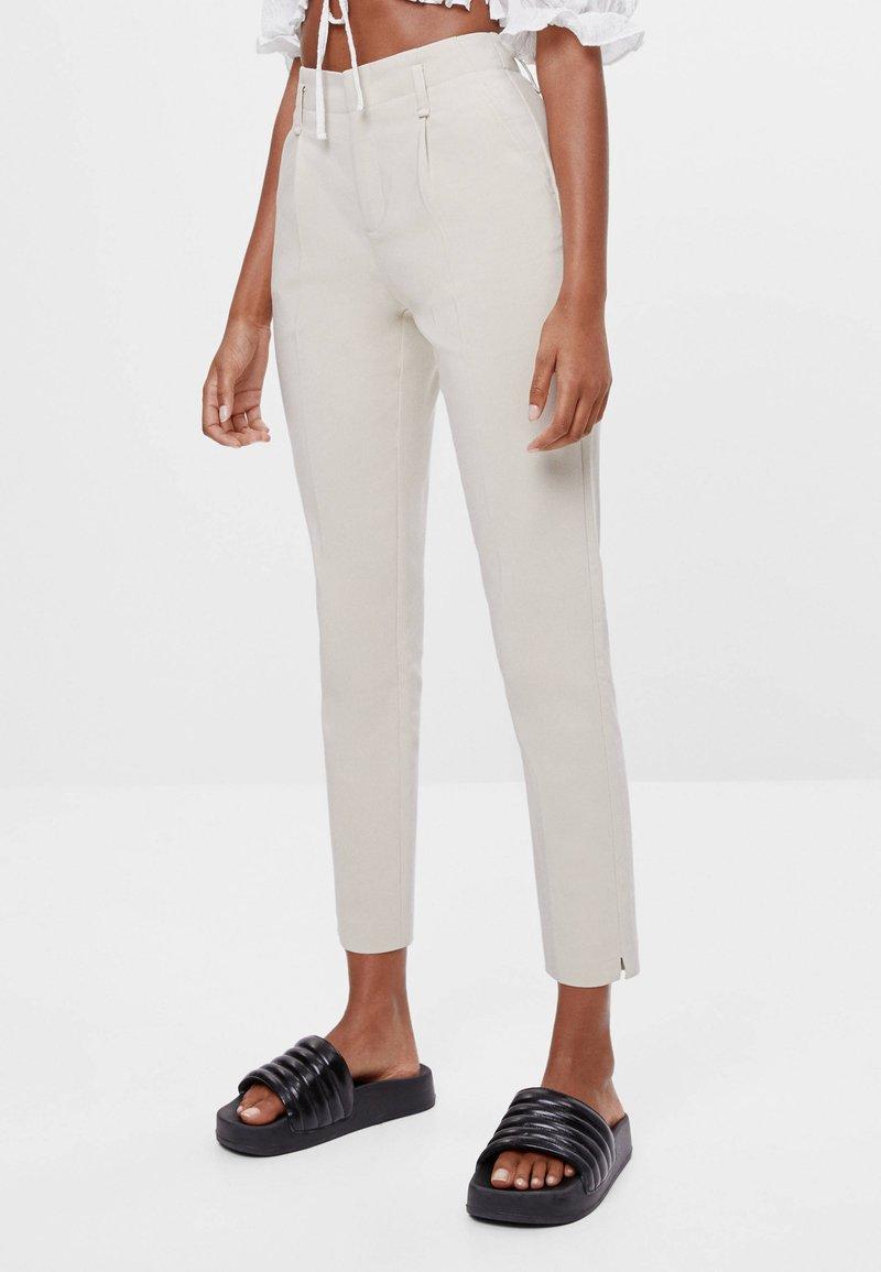 Bershka - MIT BUNDFALTEN - Chino kalhoty - beige