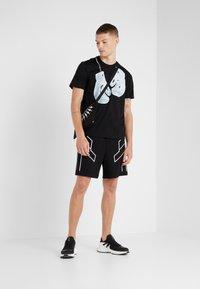 Neil Barrett BLACKBARRETT - BOXING GLOVES  - T-shirts print - black/white - 1