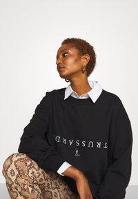 Trussardi - PORTRAIT PRINT - Sweatshirt - black - 2