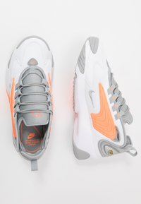 Nike Sportswear - ZOOM  - Sneakers - white/grey/orange - 1