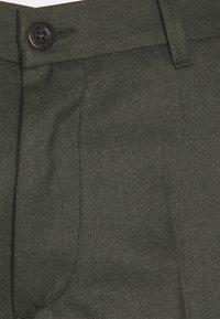 forét - POND SUIT PANTS - Pantalon classique - dark olive - 2