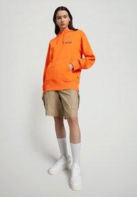 Napapijri - B-PATCH HOOD - Hoodie - orangeade - 1
