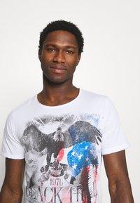 Key Largo - HILL ROUND - T-shirt con stampa - white - 3