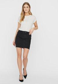 Vero Moda - VMHOT SEVEN SKIRT - Denimová sukně - black - 1