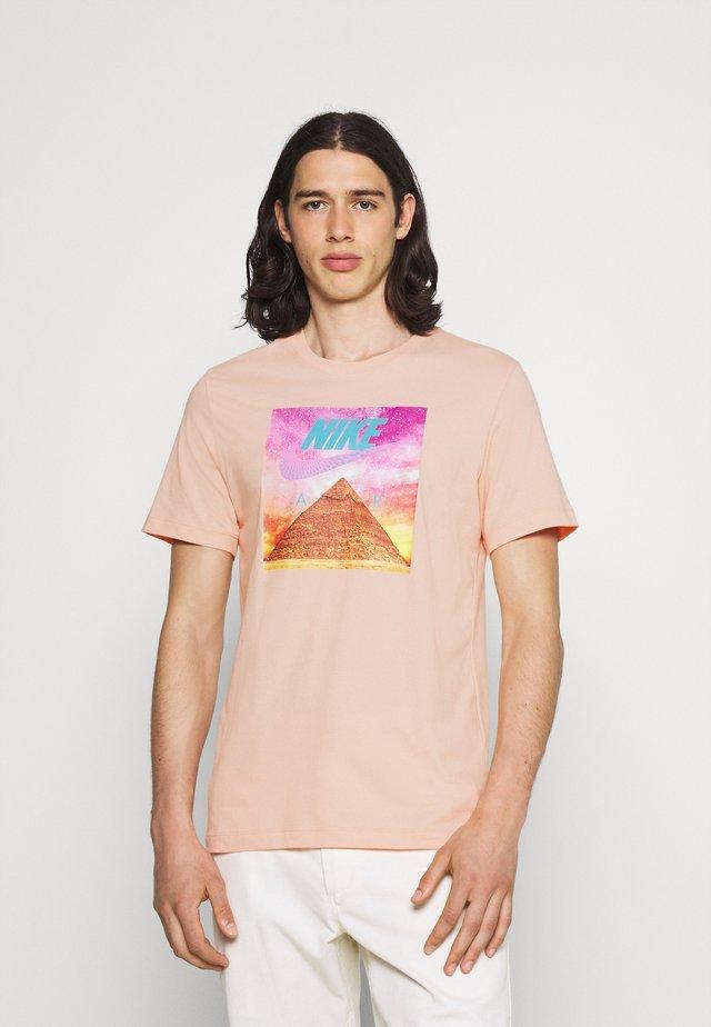 TEE FESTIVAL PHOTO - Print T-shirt - arctic orange